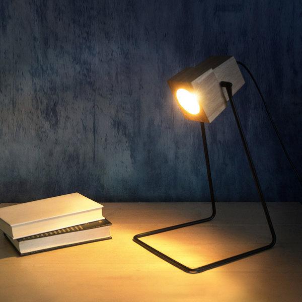 Lámpara de mesa Robot madera y metal, color natural y negro, estilo industrial, 439x23 cm